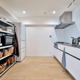 ラフだけどシンプル。ラーチ合板のボックスWTCと土間でつくる、ご夫婦のSOHO住まい (シンプルで無駄のないキッチンスペース)