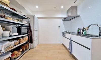 シンプルで無駄のないキッチンスペース|ラフだけどシンプル。ラーチ合板のボックスWTCと土間でつくる、ご夫婦のSOHO住まい