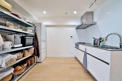 シンプルで無駄のないキッチンスペース (ラフだけどシンプル。ラーチ合板のボックスWTCと土間でつくる、ご夫婦のSOHO住まい)