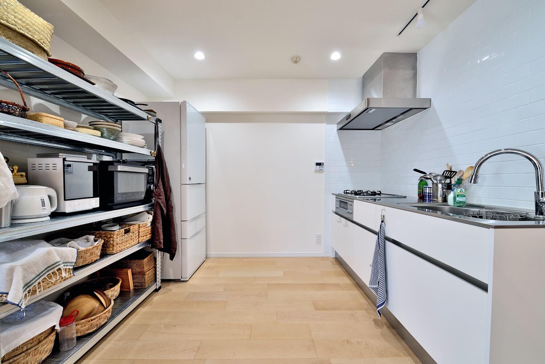 キッチン事例:シンプルで無駄のないキッチンスペース(ラフだけどシンプル。ラーチ合板のボックスWTCと土間でつくる、ご夫婦のSOHO住まい)