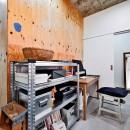 ラフだけどシンプル。ラーチ合板のボックスWTCと土間でつくる、ご夫婦のSOHO住まいの写真 玄関と土間でつながるワークスペース