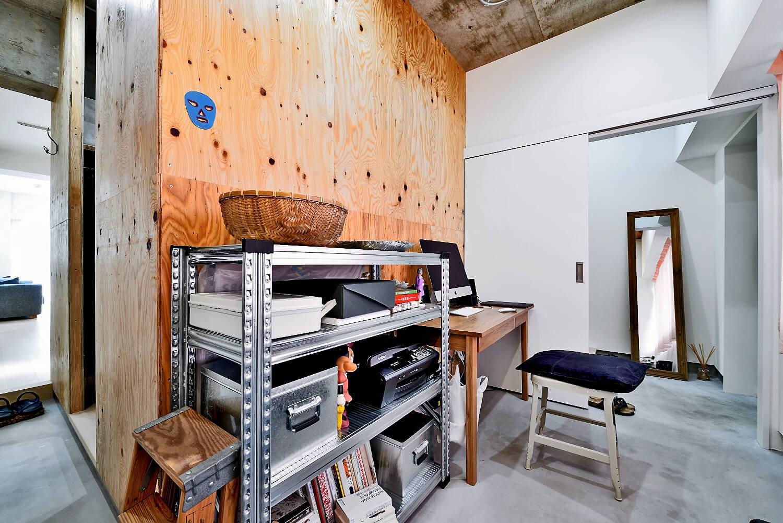 玄関事例:玄関と土間でつながるワークスペース(ラフだけどシンプル。ラーチ合板のボックスWTCと土間でつくる、ご夫婦のSOHO住まい)
