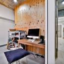 ラフだけどシンプル。ラーチ合板のボックスWTCと土間でつくる、ご夫婦のSOHO住まいの写真 玄関と土間でつながるワークスペース2
