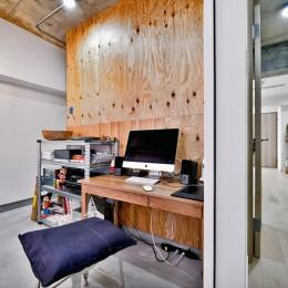 ラフだけどシンプル。ラーチ合板のボックスWTCと土間でつくる、ご夫婦のSOHO住まい (玄関と土間でつながるワークスペース2)