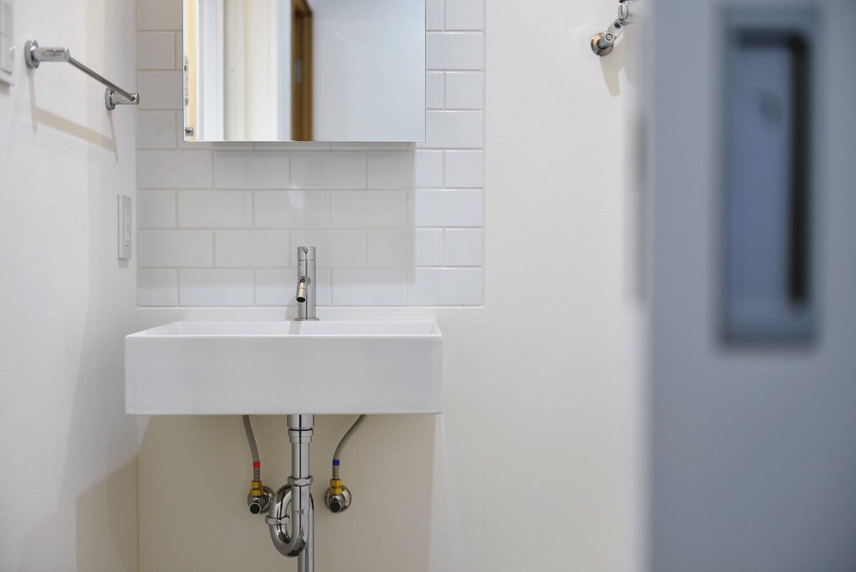 バス/トイレ事例:タイル張りのシンプルなサニタリー(ラフだけどシンプル。ラーチ合板のボックスWTCと土間でつくる、ご夫婦のSOHO住まい)