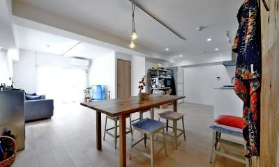 居室とキッチンが繋がり広々LDK|ラフだけどシンプル。ラーチ合板のボックスWTCと土間でつくる、ご夫婦のSOHO住まい