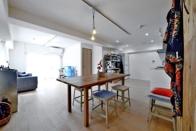 居室とキッチンが繋がり広々LDK (ラフだけどシンプル。ラーチ合板のボックスWTCと土間でつくる、ご夫婦のSOHO住まい)