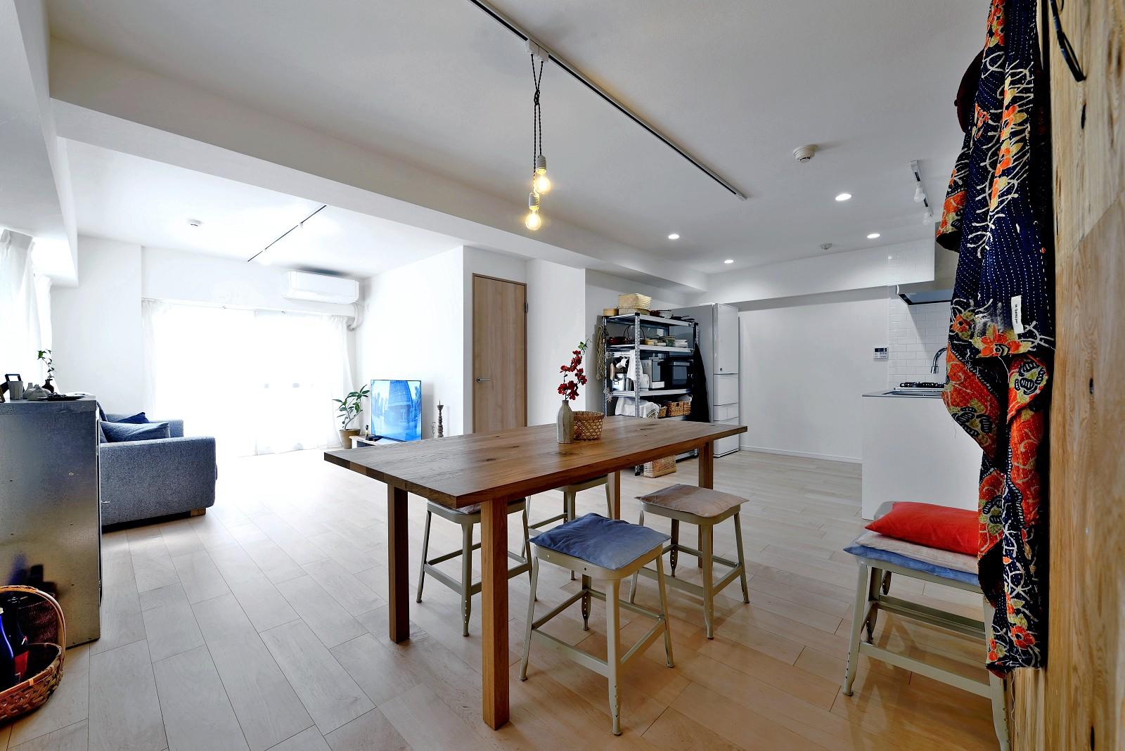 リビングダイニング事例:居室とキッチンが繋がり広々LDK(ラフだけどシンプル。ラーチ合板のボックスWTCと土間でつくる、ご夫婦のSOHO住まい)