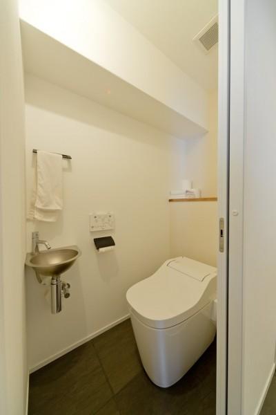 トイレ (+ダークブルーのモダンな暮らし)