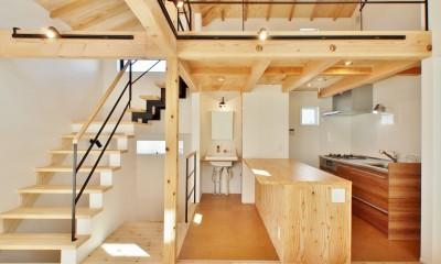 格子壁の住宅