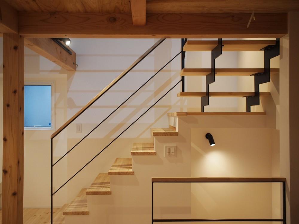 格子壁の住宅 (階段)
