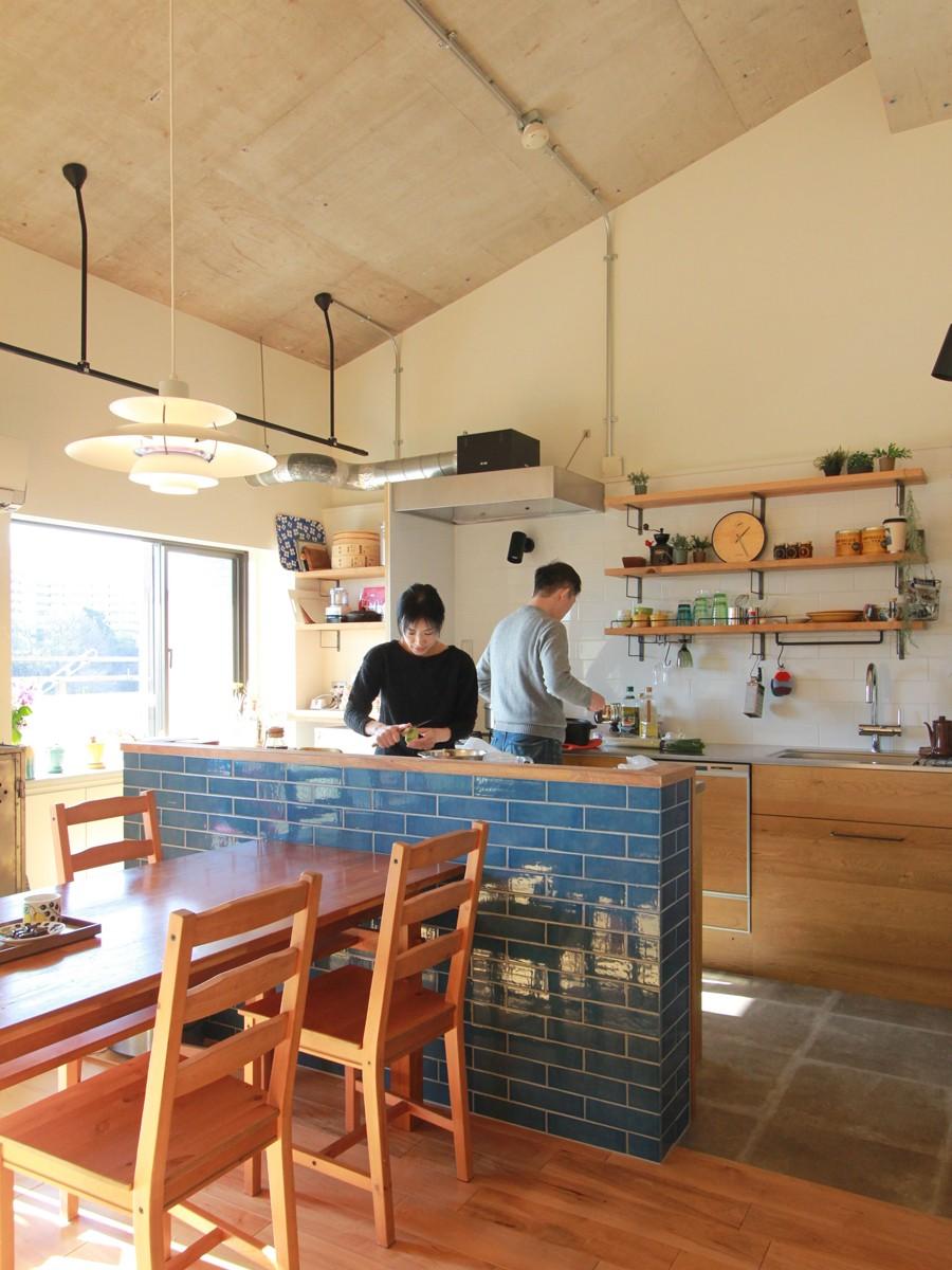 家族や友人と過ごす リビングダイニングでの時間を大切にしたい...(星川 マンションリノベーション) (キッチン)