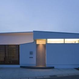 我孫子のコートハウス/平屋の家 (真っ白な壁と木のスクリーンのコントラストが美しい外観)