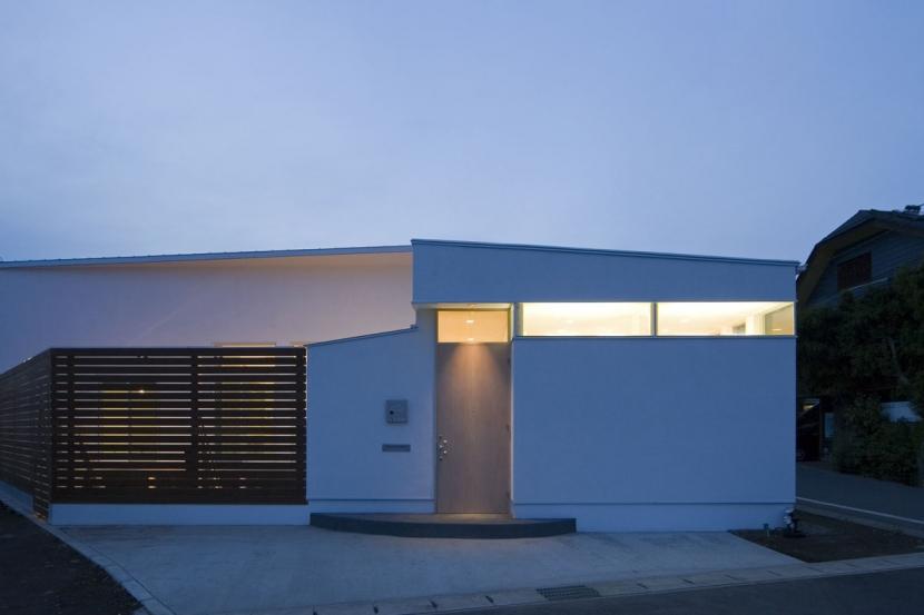 我孫子のコートハウス/平屋の家の写真 真っ白な壁と木のスクリーンのコントラストが美しい外観