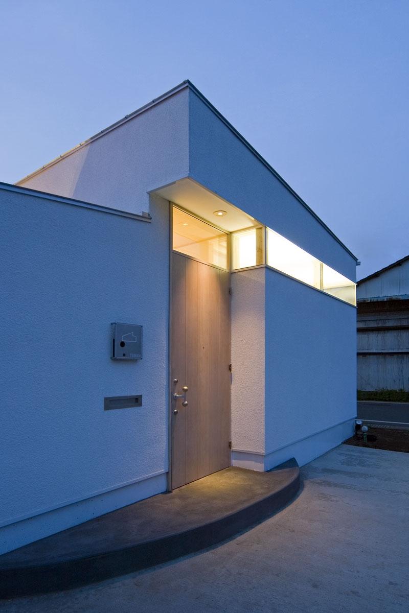 我孫子のコートハウス/平屋の家の写真 玄関夕景