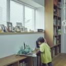 """""""ご近所さん""""感覚の二世帯住宅の写真 本棚"""