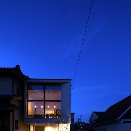 柴染の家(ふしぞめのいえ)~街に開かれたファサード~ (夜の印象的なファサード)
