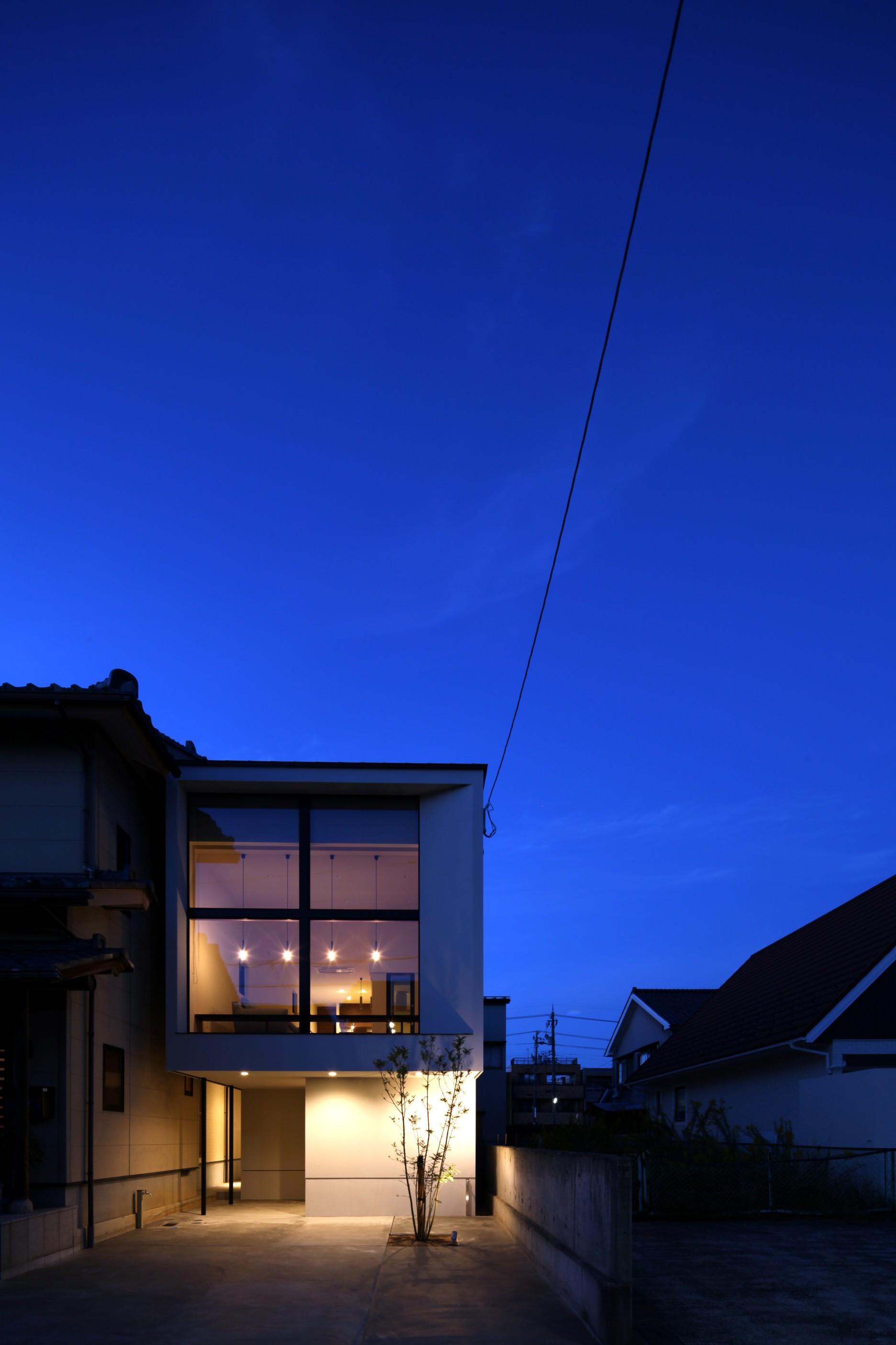 外観事例:夜の印象的なファサード(柴染の家(ふしぞめのいえ)~街に開かれたファサード~)