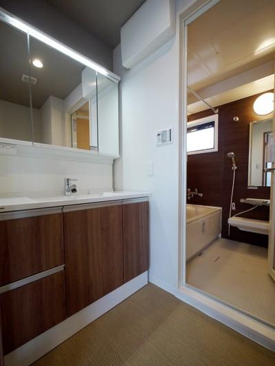洗面室 (二面採光の部屋)
