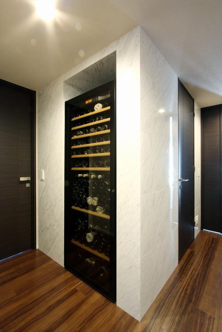 収納事例:ワインセラー(天然石の壁がもたらす視覚的効果)