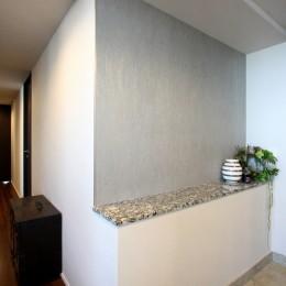天然石の壁がもたらす視覚的効果 (玄関)