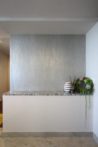 玄関 (天然石の壁がもたらす視覚的効果)