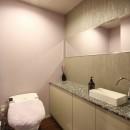 天然石の壁がもたらす視覚的効果の写真 トイレ