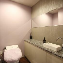 天然石の壁がもたらす視覚的効果 (トイレ)