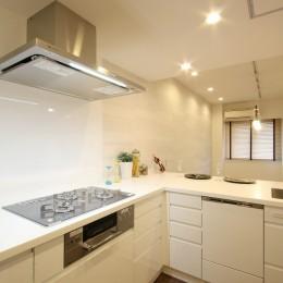 築30年からのスケルトンリフォーム 白×ウォールナット (キッチン)