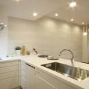 築30年からのスケルトンリフォーム 白×ウォールナットの写真 キッチン