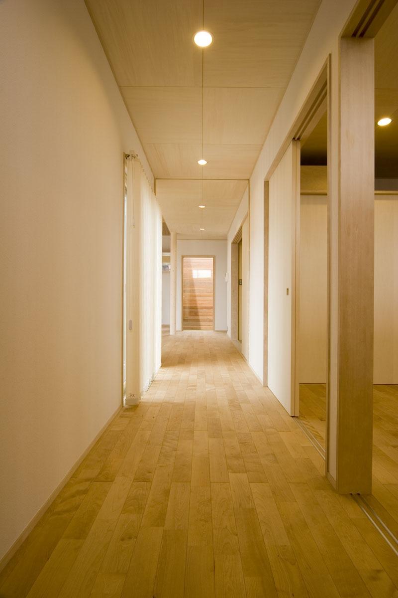 我孫子のコートハウス/平屋の家の部屋 カバ桜フローリングを施工した廊下