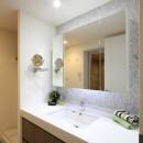 築30年からのスケルトンリフォーム 白×ウォールナットの写真 洗面