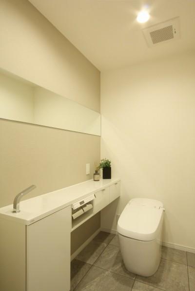 トイレ (築30年からのスケルトンリフォーム 白×ウォールナット)