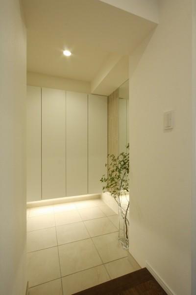 玄関 (築30年からのスケルトンリフォーム 白×ウォールナット)