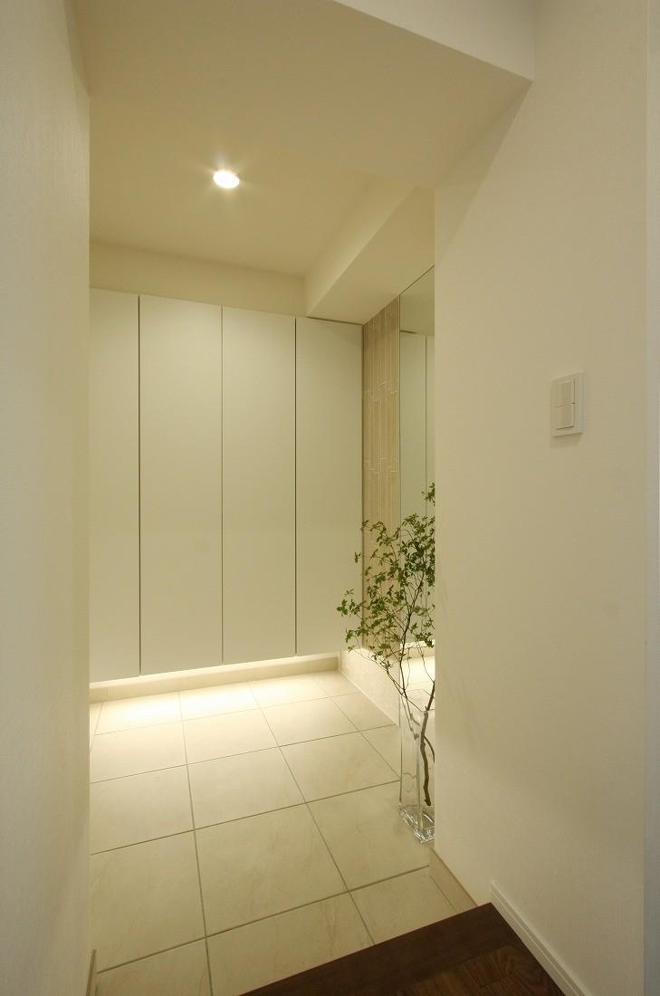 玄関事例:玄関(築30年からのスケルトンリフォーム 白×ウォールナット)