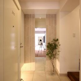 築30年からのスケルトンリフォーム 白×ウォールナット (玄関)