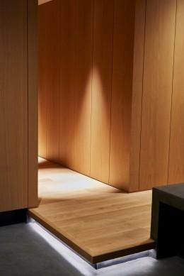 RE : Apartment UNITED ARROWS LTD. MASTER PLAN B ~住む人の個性を演出する上質な設えと機能美を備えたリノベーション~ (玄関)