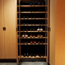 RE : Apartment UNITED ARROWS LTD. MASTER PLAN B ~住む人の個性を演出する上質な設えと機能美を備えたリノベーション~の写真 除湿脱臭に優れた竹炭材仕様のシューズクローク