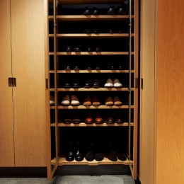 除湿脱臭に優れた竹炭材仕様のシューズクローク (RE : Apartment UNITED ARROWS LTD. MASTER PLAN B ~住む人の個性を演出する上質な設えと機能美を備えたリノベーション~)