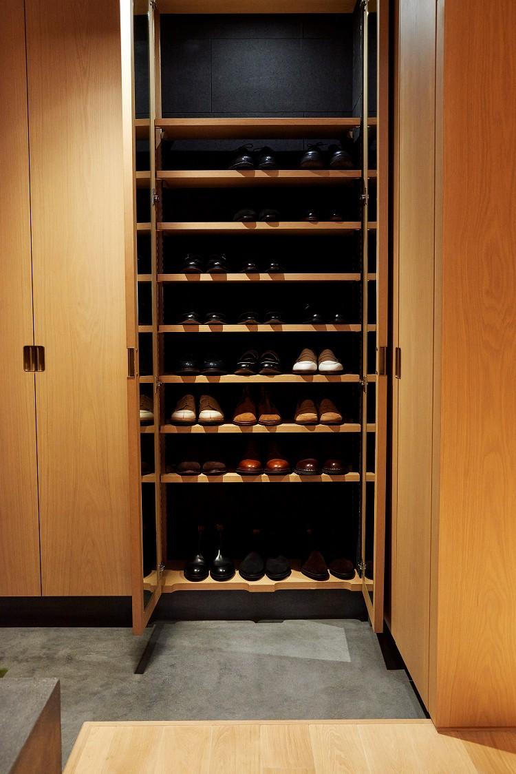 玄関事例:除湿脱臭に優れた竹炭材仕様のシューズクローク(RE : Apartment UNITED ARROWS LTD. MASTER PLAN B ~住む人の個性を演出する上質な設えと機能美を備えたリノベーション~)
