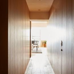 廊下 (RE : Apartment UNITED ARROWS LTD. CASE002 / PLAN B ~住む人の個性を演出する上質な設えと機能美を備えたリノベーション~)