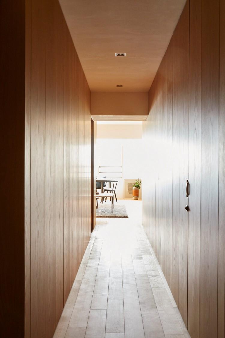 収納事例:廊下(RE : Apartment UNITED ARROWS LTD. MASTER PLAN B ~住む人の個性を演出する上質な設えと機能美を備えたリノベーション~)