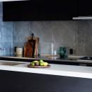 RE : Apartment UNITED ARROWS LTD. MASTER PLAN B ~住む人の個性を演出する上質な設えと機能美を備えたリノベーション~の写真 人造大理石トップ造作キッチン