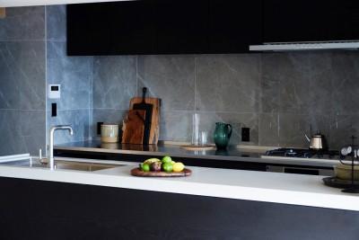 人造大理石トップ造作キッチン (RE : Apartment UNITED ARROWS LTD. MASTER PLAN B ~住む人の個性を演出する上質な設えと機能美を備えたリノベーション~)