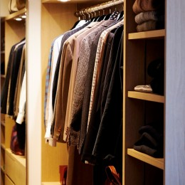 RE : Apartment UNITED ARROWS LTD. MASTER PLAN B ~住む人の個性を演出する上質な設えと機能美を備えたリノベーション~ (まるで店舗のような姿見付きウォークインクローゼット)