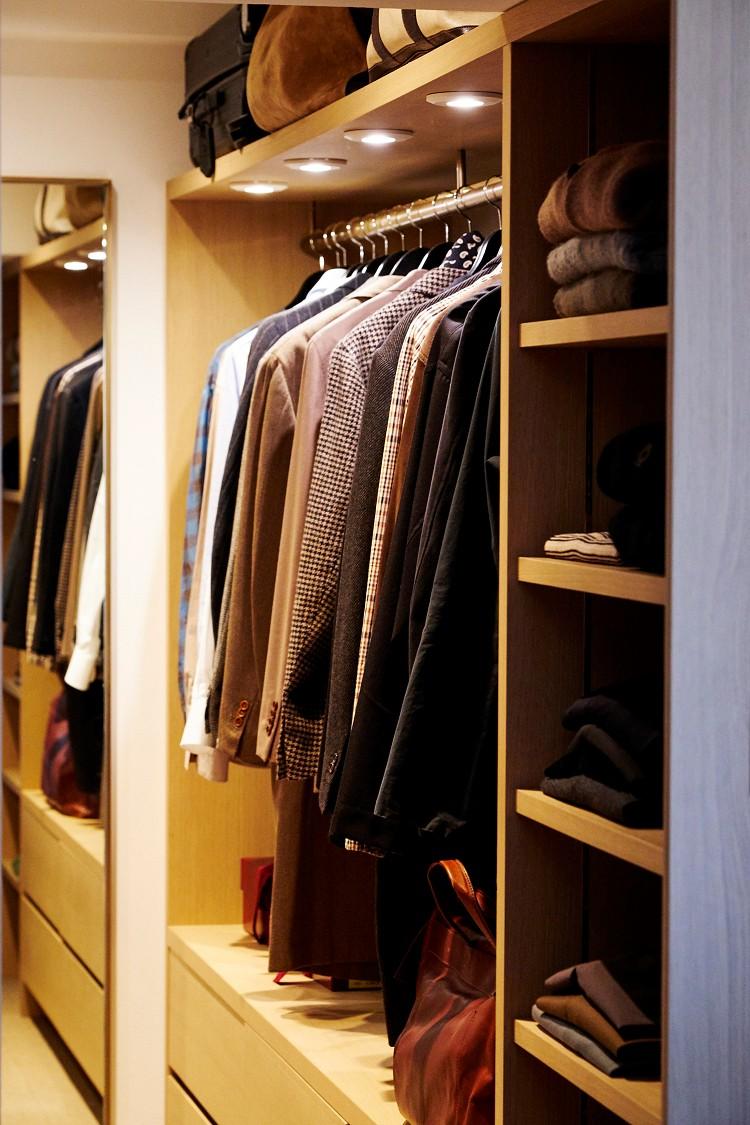 収納事例:まるで店舗のような姿見付きウォークインクローゼット(RE : Apartment UNITED ARROWS LTD. MASTER PLAN B ~住む人の個性を演出する上質な設えと機能美を備えたリノベーション~)