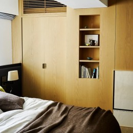 RE : Apartment UNITED ARROWS LTD. CASE002 / PLAN B ~住む人の個性を演出する上質な設えと機能美を備えたリノベーション~ (オリジナルベッドにサイザルの床。上質な眠りがここに。)