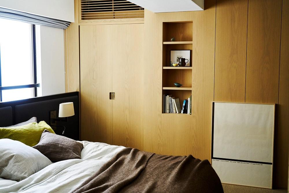 ベッドルーム事例:オリジナルベッドにサイザルの床。上質な眠りがここに。(RE : Apartment UNITED ARROWS LTD. MASTER PLAN B ~住む人の個性を演出する上質な設えと機能美を備えたリノベーション~)