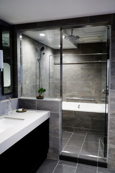 TESシステムのミストサウナで癒しのバスタイム (RE : Apartment UNITED ARROWS LTD. MASTER PLAN B ~住む人の個性を演出する上質な設えと機能美を備えたリノベーション~)