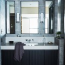 RE : Apartment UNITED ARROWS LTD. MASTER PLAN B ~住む人の個性を演出する上質な設えと機能美を備えたリノベーション~の写真 上質なタイル張りで高級感のあるスタイリッシュな洗面室